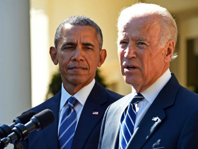Vice President Joe Biden (R), flanked by US President Barack Obama (L) speaks in the Rose Garden at the White House on October 21, 2015, in Washington, DC. Biden announced that he is not running for president. AFP PHOTO / JIM WATSON